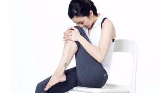 办公室减肥瘦身方法II(女):站姿左右屈腿抱膝