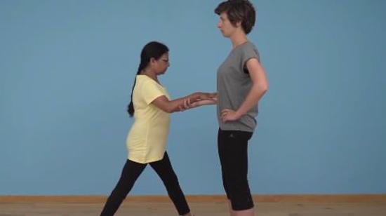 老年人平衡性练习Ⅵ:单膝下蹲(双人篇)