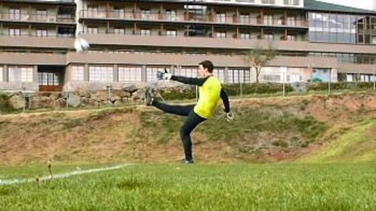 守门员技巧Ⅰ:守门员大脚开球或解围