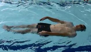 仰泳练习Ⅰ:协调双臂进行划水