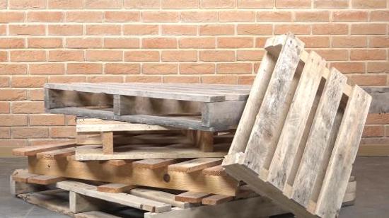 循环利用资源:拆卸木托盘