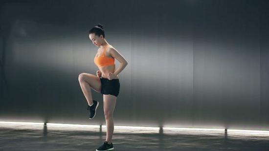 腿部耐力训练Ⅱ:爬绳屈腿抬腿