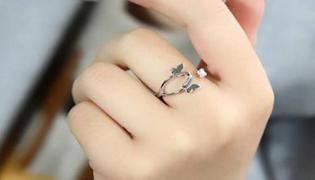 女人中指带戒指什么意思