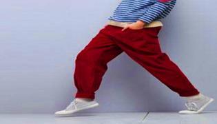 红色裤子配什么上衣