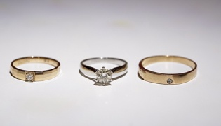 已婚妇女戒指戴哪个手指