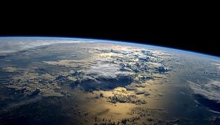 地球公转一周大约是多久