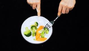 吃西餐怎么拿刀叉