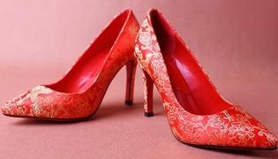 婚纱能配红色鞋子吗