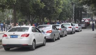 停车时怎么判断与前后车的距离