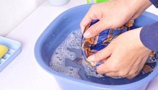 洗有颜色的衣服时先用什么水浸泡