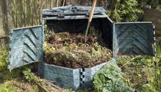 怎样制作有机肥料:翻整堆肥