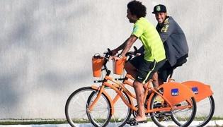 自行车骑行注意事项:转头查看路况