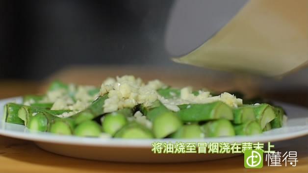 秋葵怎么做好吃—白灼秋葵的做法-色拉油烧热浇在秋葵上