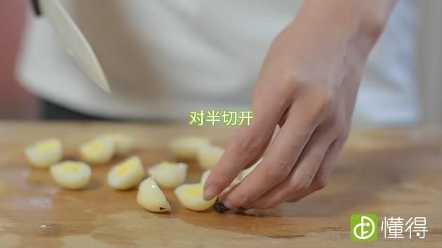 牛油果怎么吃-鹌鹑蛋对半切开