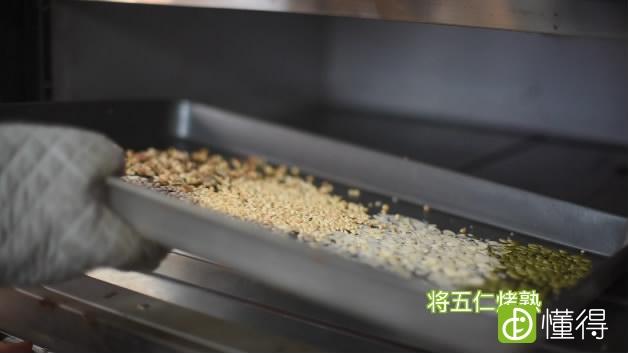 正宗酥皮五仁月饼的做法-五仁烤熟等待备用