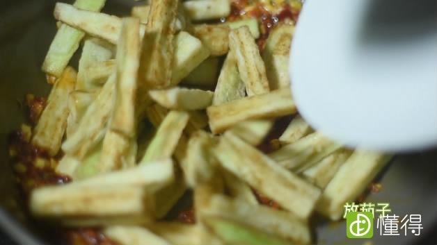 鱼香茄子的做法-锅中加调料、茄子