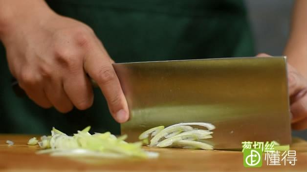 京酱肉丝的做法-葱切丝