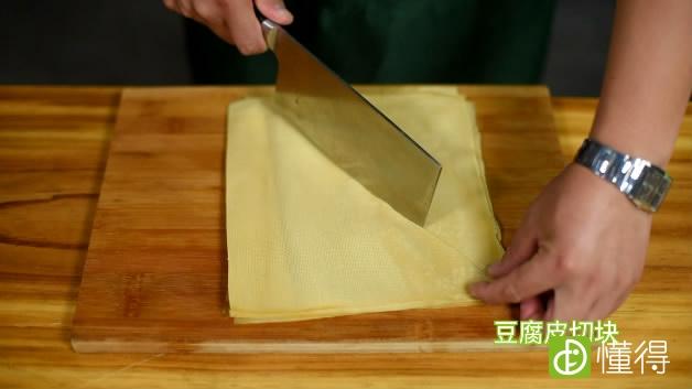 京酱肉丝的做法-豆腐皮切块