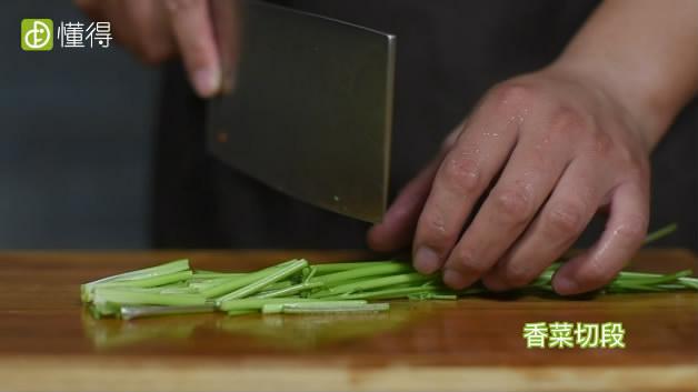 酸辣土豆丝的做法-红尖椒切丝,香菜切段,蒜拍碎备用