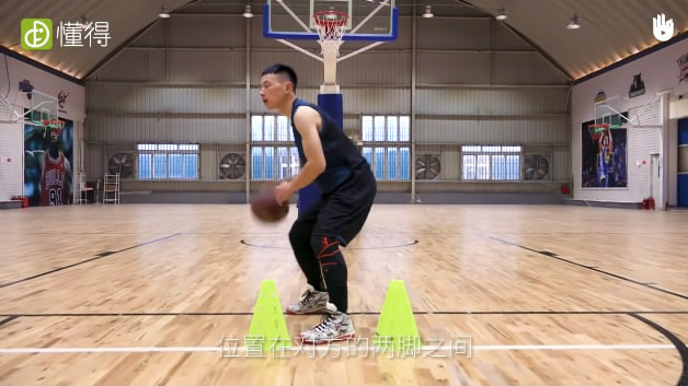 篮球运球Ⅷ:后转身换手运球-左脚在对方两脚之间