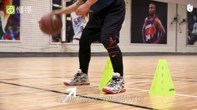 篮球运球Ⅷ:后转身换手运球-右脚放在防守方两脚的外侧