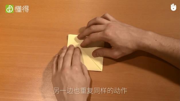 怎样折蝉-将折纸对折并将形成的三角形的两角向内折