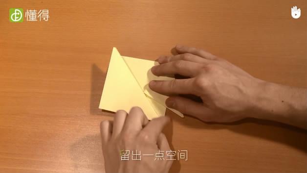怎样折蝉-将两个三角形分别以留有空间的角度向下折