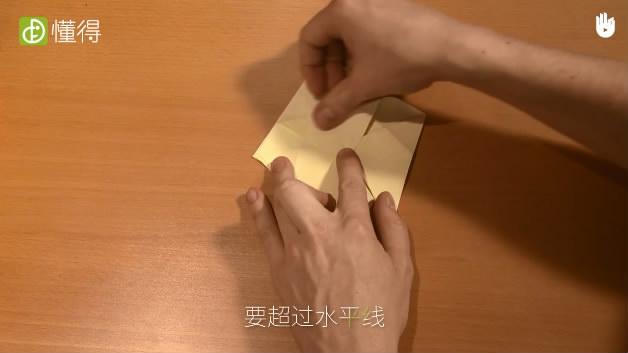 怎样折蝉-将顶部上面一层折纸向下折并超过水平线