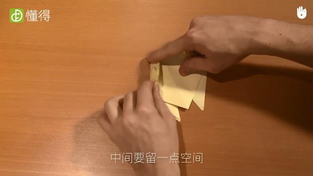 怎样折蝉-将翻转过来的折纸的左上边向内折与中线靠拢