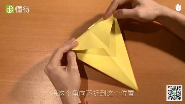 幼儿折纸小鸟-将折纸翻转后将上面三角形向下折