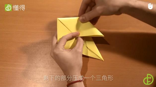幼儿折纸小鸟-将折纸上面一部分打开沿中线内折剩余部分压成三角形