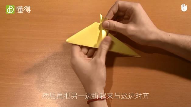 幼儿折纸小鸟-为使两边折纸角度一致将另一边折过来与其对齐