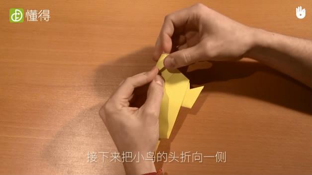 幼儿折纸小鸟-将小鸟的头折向一侧