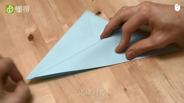 少儿折纸海豹-将折纸三角形的顶角向下折