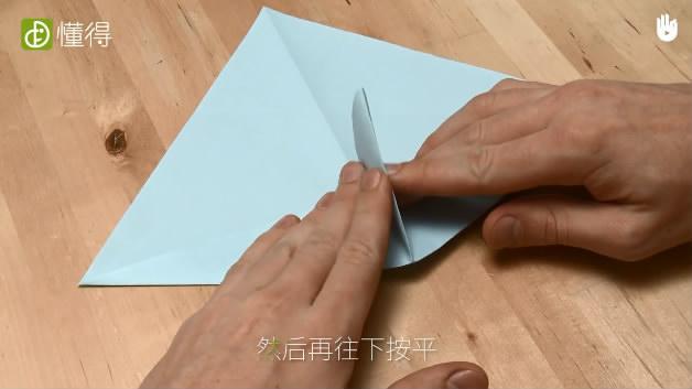 少儿折纸海豹-按照折痕让中间部分立起