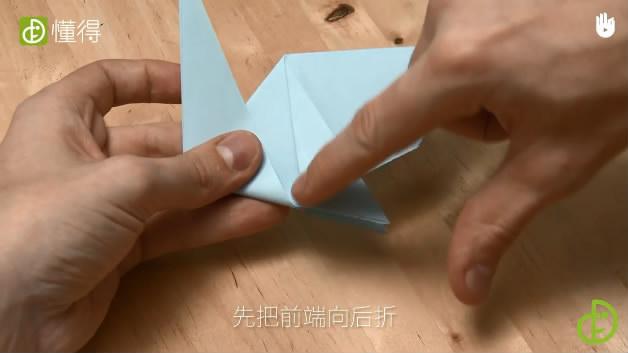 少儿折纸海豹-将前端三角形向后折