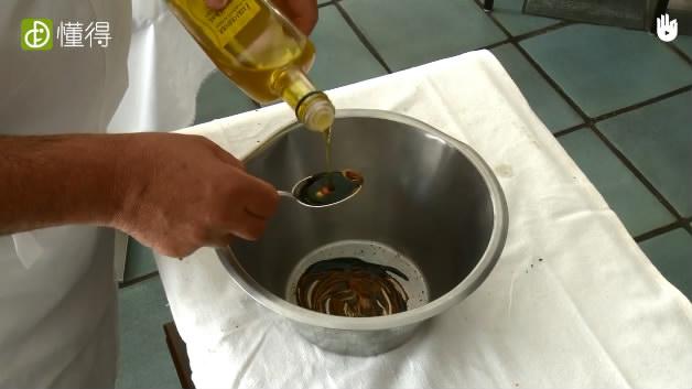 油醋汁沙拉-将橄榄油醋芥末等辅料混合搅拌