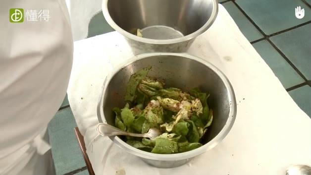 油醋汁沙拉-加入生菜均匀搅拌即可
