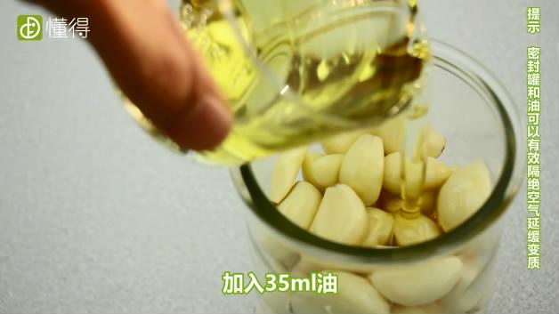 大蒜如何保存-将大蒜与油放入密封罐中