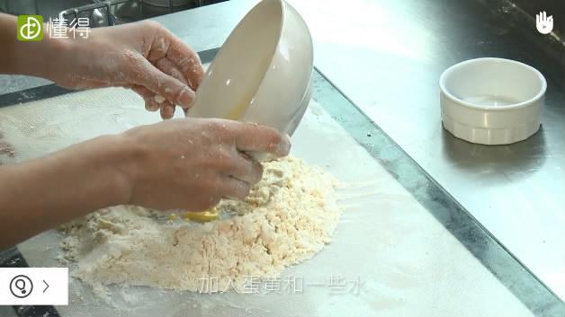派皮面团的做法-加入蛋黄和水揉几分钟