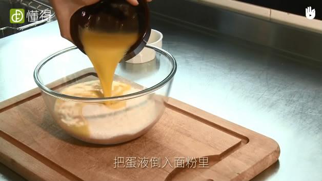 薄煎饼的做法-将面粉鸡蛋混合搅拌